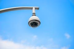 360 graus de câmara de vigilância em um polo, céu azul Fotografia de Stock Royalty Free