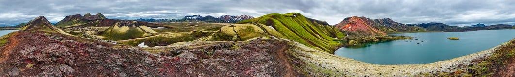 360 graus de vista panor?mica de montanhas vulc?nicas Landmannalaugar do rhyolite colorido, de lago highland de Frostastadavatn e fotos de stock royalty free