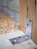 90 graus o ângulo perfurado de aço de prendedor reforçado parafusaram à mesa Imagem de Stock Royalty Free