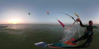 360 graus, o homem em um terno para mergulhar negociam em kitesurfing no mar vídeos de arquivo