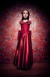 Grausigkeitbild mit jungem Mädchen auf Zauberhintergrund lizenzfreie stockfotografie