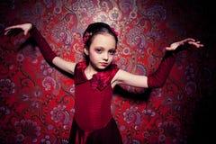 Grausigkeitbild mit jungem Mädchen auf Zauberhintergrund Stockbild
