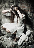 Grausigkeitsart geschossen: merkwürdiges verrücktes Mädchen und ihre moppet Puppe lizenzfreies stockfoto
