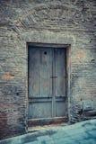 Grauvergangenheit - antike bescheidene Tür lizenzfreies stockfoto