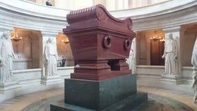 Grav av Napoleon Bonaparte på Les Invalides i Paris, Frankrike Royaltyfria Bilder