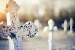 Grav- gammalt kors på kyrkogården arkivfoto