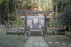 Grav i en parkera nära en shintoisttempel - Matsue - Japan Arkivbilder