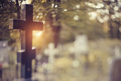 Grav med ett kors bak en fäktning royaltyfria bilder