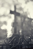 Grav med ett kors bak en fäktning royaltyfri fotografi