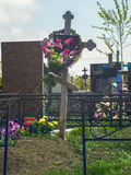 Grav med korset och staket i kyrkogård fotografering för bildbyråer