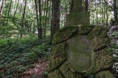 grav med scripture i skog arkivfoton