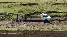 Grav som bryter från flodhandfatet Arkivbild