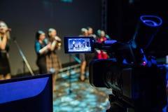 Gravação de vídeo do concerto As meninas cantam nos microfones Câmara de vídeo com exposição do LCD Tiro no interior fotografia de stock