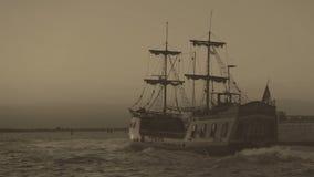 Gravação de vídeo retro arquivística da navigação marinha da expedição da descoberta no barco vídeos de arquivo