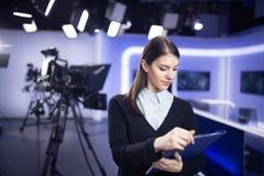 Gravação do apresentador da televisão no estúdio da notícia Âncora fêmea do journalista que apresenta o relatório comercial foto de stock royalty free