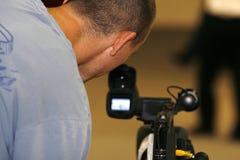 Gravação do homem com câmara de vídeo fotos de stock royalty free