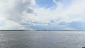 gravação do Tempo-lapso das nuvens sobre o Rio Volga em um dia de verão Rússia, cidade Saratov Metragem, grampo, vídeo em 4K filme