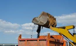 Grava del cargamento del excavador de la rueda en el camión Foto de archivo libre de regalías