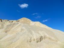 Grava hacia el cielo azul Imagen de archivo