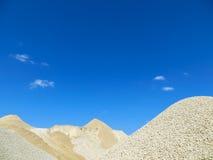 Grava hacia el cielo azul Imagenes de archivo