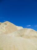 Grava hacia el cielo azul Imagen de archivo libre de regalías