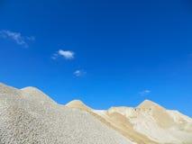 Grava hacia el cielo azul Foto de archivo libre de regalías