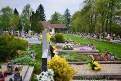 Gravar/gravstenar i kyrkogården/kyrkogården All helgondag/allt välsignar/1st November Blommor och stearinljus på gravvalvstenen Royaltyfria Bilder