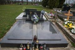 Gravar, gravstenar och kors på traditionell kyrkogård Votive stearinljus lykta och blommor på gravvalvstenar i kyrkogård Royaltyfri Fotografi