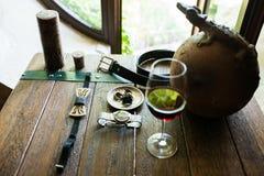 Gravata à moda de madeira e outros acessórios dos groom's em uma tabela de madeira fotografia de stock