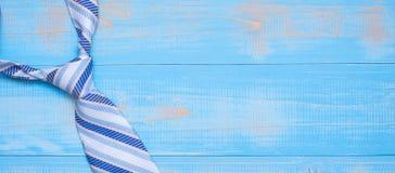 Gravata azul no fundo de madeira com espa?o da c?pia para o texto O dia de pai feliz e conceitos internacionais do dia de homens foto de stock royalty free