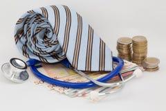 Gravata, dinheiro e um estetoscópio Foto de Stock Royalty Free