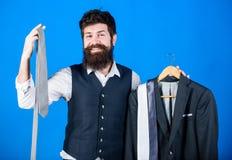 Gravata perfeita Conceito da compra Conselho do estilista Dificuldade que escolhe a gravata Estilista assistente de loja ou pesso imagens de stock