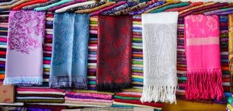 Gravatas coloridas para a venda no mercado de rua Imagens de Stock