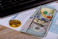 Grave los papeles en un sobre con 100 billetes de dólar Imágenes de archivo libres de regalías