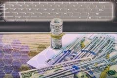 Grave los papeles en un sobre con 100 billetes de dólar Foto de archivo libre de regalías