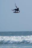 Gravedad de desafío de la persona que practica surf de la cometa Imagenes de archivo