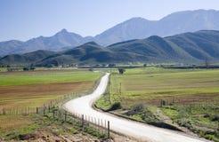 Gravel дорога водя в обрабатываемую землю стоковое фото rf