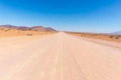 Gravelez le croisement de route 4x4 le désert coloré chez Twyfelfontein, dans le Damaraland majestueux Brandberg, destination scé Images stock