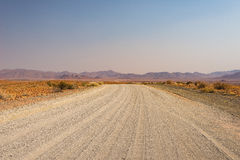 Gravelez le croisement de route 4x4 le désert coloré chez Twyfelfontein, dans le Damaraland majestueux Brandberg, destination scé Photos libres de droits