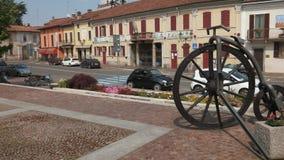 Gravellona, Itália - cerca do maio de 2016: Estátua da bicicleta na frente da câmara municipal vídeos de arquivo