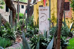 Graven av Leon Trotsky på huset var han bodde i Coyoacan, Mexico - stad arkivbild