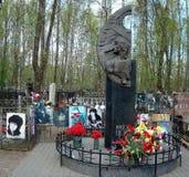 Graven av Viktor Tsoi 1962 - 1990 är en sovjet vaggar musikern, låtskrivare, och den konstnärThe grundaren och ledaren av vaggar  royaltyfri foto