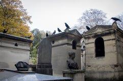 Graven bij de begraafplaats royalty-vrije stock fotografie