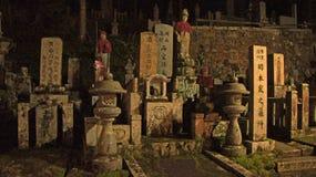 Graven bij Okunoin-Begraafplaats in Koyasan, Japan stock afbeelding