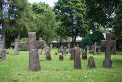 Graven bij oude begraafplaats van St Brigitta klooster in Pirita-gebied, Tallinn stock foto's