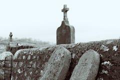 Graven en kruisen stock foto's