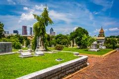 Graven en mening van de horizon van Atlanta bij de Begraafplaats van Oakland binnen bij stock afbeeldingen