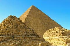 Graven en piramide stock afbeeldingen