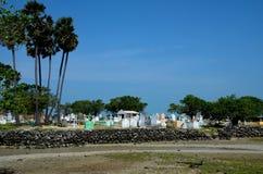 Graven met kruisen bij Christelijk begraafplaatskerkhof op het eiland Jaffna Sri Lanka van Delft stock afbeeldingen