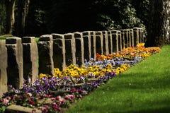 Graven op een begraafplaats royalty-vrije stock afbeelding
